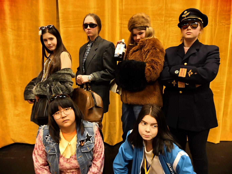 Deltagare ur vår äldsta ungdomsgrupp, utklädda till totalt olika figurer.